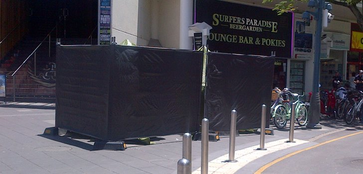 surfers paradise urinals with wall 728x350